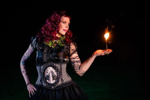 jaclyn-schmitz-photography-fall-victorian-dark-romance-39.jpg
